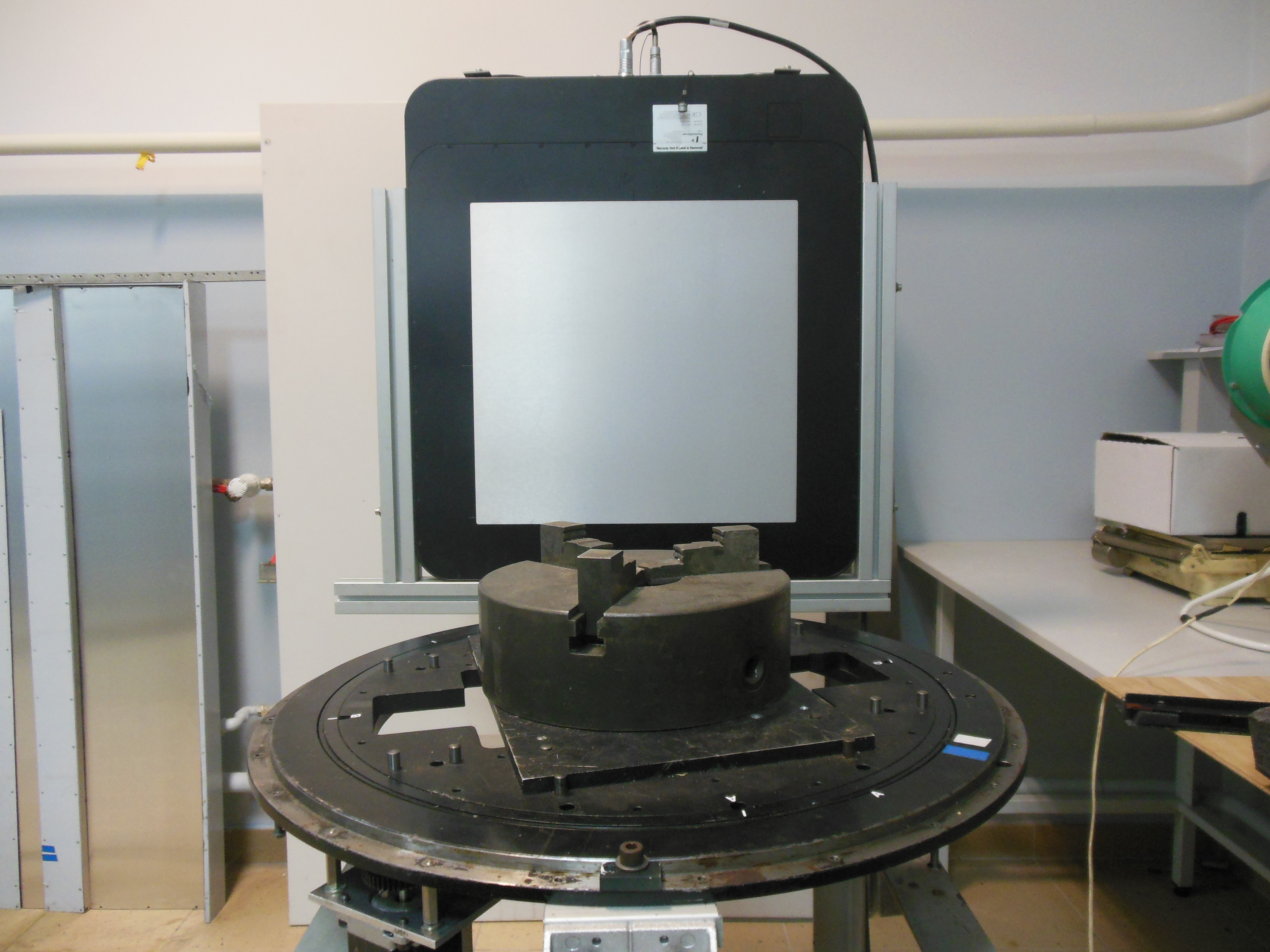 Stanowisko do tomografii wysokoenergetycznej: stolik obrotowy i cyfrowy detektor PE